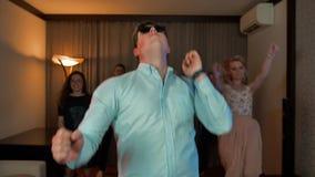 戴集会的眼镜的快乐的书呆子人跳舞和 股票视频