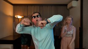 戴集会的眼镜的快乐的书呆子男性跳舞和 影视素材