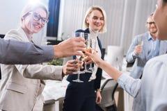 戴香槟眼镜的企业同事  库存照片