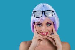 戴魅力眼镜的快乐的时髦妇女 免版税图库摄影