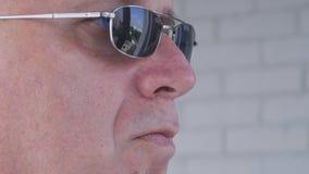 戴黑太阳镜的确信的保镖图象做安全工作 库存图片