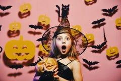 戴黑帽会议的小巫婆 万圣节当事人 在鬼的巫婆服装的孩子 库存图片