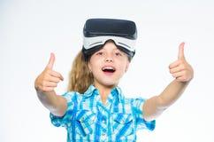 戴vr眼镜的孩子女孩 小的游戏玩家概念 与现代设备的儿童游戏真正比赛 探索真正机会 库存照片