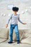 戴VR眼镜的愉快的小男孩 免版税库存照片