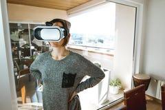 戴VR眼镜的激动和愉快的年轻女人 当前技术的概念与虚拟现实玻璃的 免版税图库摄影