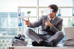 戴vr虚拟现实眼镜的商人在办公室 免版税库存图片