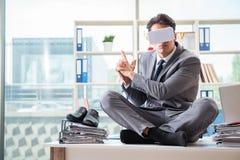 戴vr虚拟现实眼镜的商人在办公室 免版税图库摄影
