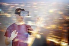 戴VR虚拟现实耳机眼镜的人 免版税库存照片