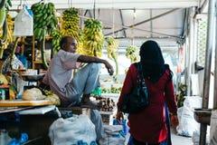 户内在城市男性的新鲜的水果和蔬菜市场,马尔代夫的首都 库存照片