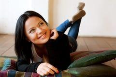户内坐的微笑的妇女 免版税库存照片