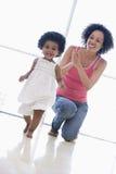 户内女儿照顾使用 免版税库存照片