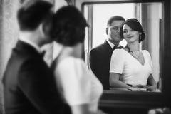 户内婚礼夫妇画象  库存照片