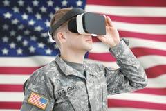 户内射击了戴与美国国旗的美国战士VR眼镜在背景 库存图片