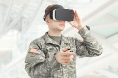 户内射击了戴VR眼镜的美国战士 免版税库存图片