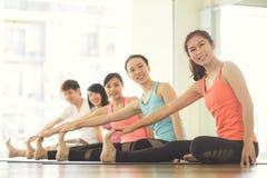 户内少妇瑜伽保留安静并且思考,当实践瑜伽探索内在和平时 免版税库存照片