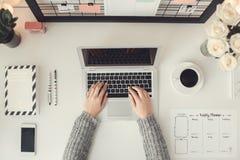 户内少妇自由职业者家庭办公室概念冬天大气工作场所顶视图 免版税库存照片