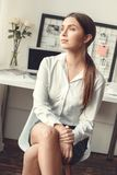 户内少妇自由职业者家庭办公室概念正式样式坐的作梦 免版税库存照片