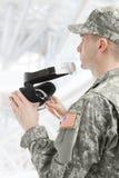 户内拿着VR玻璃的射击了美军士兵 免版税库存图片