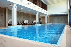户内游泳池在豪华旅馆里 库存照片