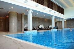 户内游泳池在豪华旅馆里 免版税图库摄影