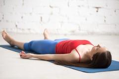 户内瑜伽:尸体姿势 免版税库存照片
