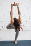 户内瑜伽:常设熟悉内情的开启者姿势 免版税库存照片