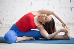 户内瑜伽:旁边弯曲的锻炼 图库摄影