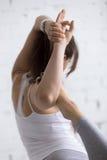 户内瑜伽:跳舞希瓦姿势特写镜头  免版税库存图片