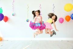 户内生日聚会的可爱的小女孩 免版税库存照片