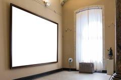 户内空白的美术馆被隔绝的绘的框架装饰围住 免版税库存照片