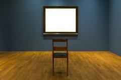 户内空白的美术馆被隔绝的绘的框架装饰围住 免版税库存图片
