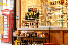 户内街道餐馆在伦敦市 免版税库存图片