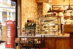 户内街道餐馆在伦敦市 库存图片
