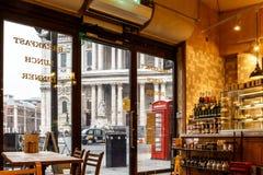户内街道餐馆在伦敦市 免版税库存照片