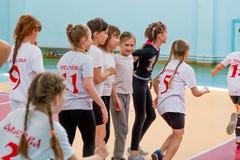 户内训练在手球竞争前的孩子 体育和体育活动 训练和 免版税库存照片