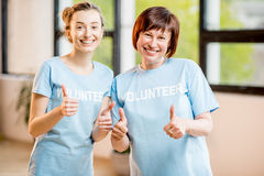 户内年轻和更老的志愿者 免版税库存图片