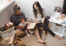 户内年轻家庭读书故事 库存照片