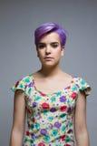 户内紫罗兰色短发妇女,站立照相机的前面 库存图片