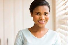 户内年轻非洲妇女 免版税库存照片