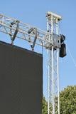 户外一个大LED屏幕的栏杆的支 免版税库存照片