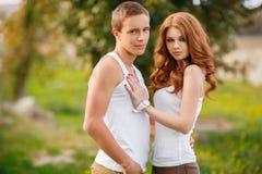 户外一个爱恋的夫妇夏天的画象 免版税库存图片