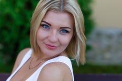 户外一个美丽的金发碧眼的女人的画象在夏天 免版税库存照片