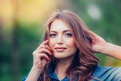 户外一个美丽的金发碧眼的女人的画象在 库存照片