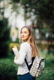 户外一个美丽的青少年的学生女孩的画象 免版税库存图片