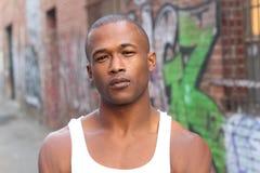 户外一个年轻美国黑人的画象在城市布局 库存照片