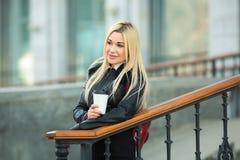户外一件黑夹克的美丽的女孩 免版税库存照片
