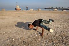 户外一位年轻男性街道舞蹈家的画象,南伊朗 免版税库存照片