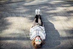 户外一名现代妇女的生活方式画象 免版税库存照片