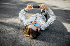 户外一名现代妇女的生活方式画象 库存照片