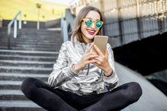 户外一名现代妇女的生活方式画象 免版税库存图片